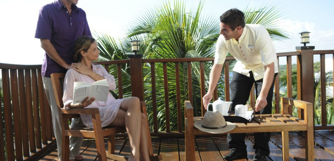 Club Med Cancun Yucatan, Mexique - Un couple profite d'une pause sur une terrasse, en journée