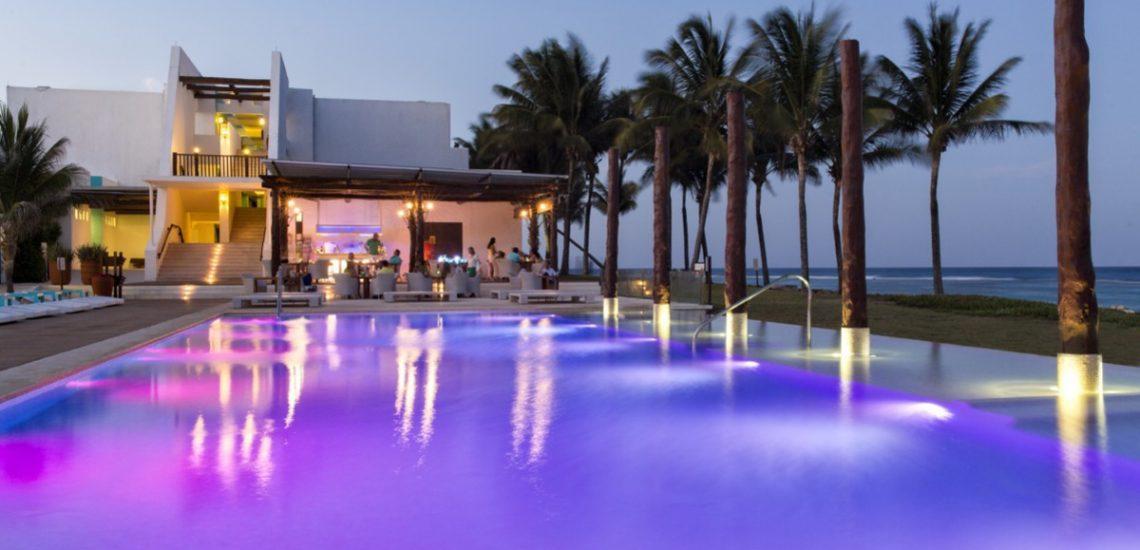 Club Med Cancun Yucatan, Mexique - Image de la piscine éclairée en soirée