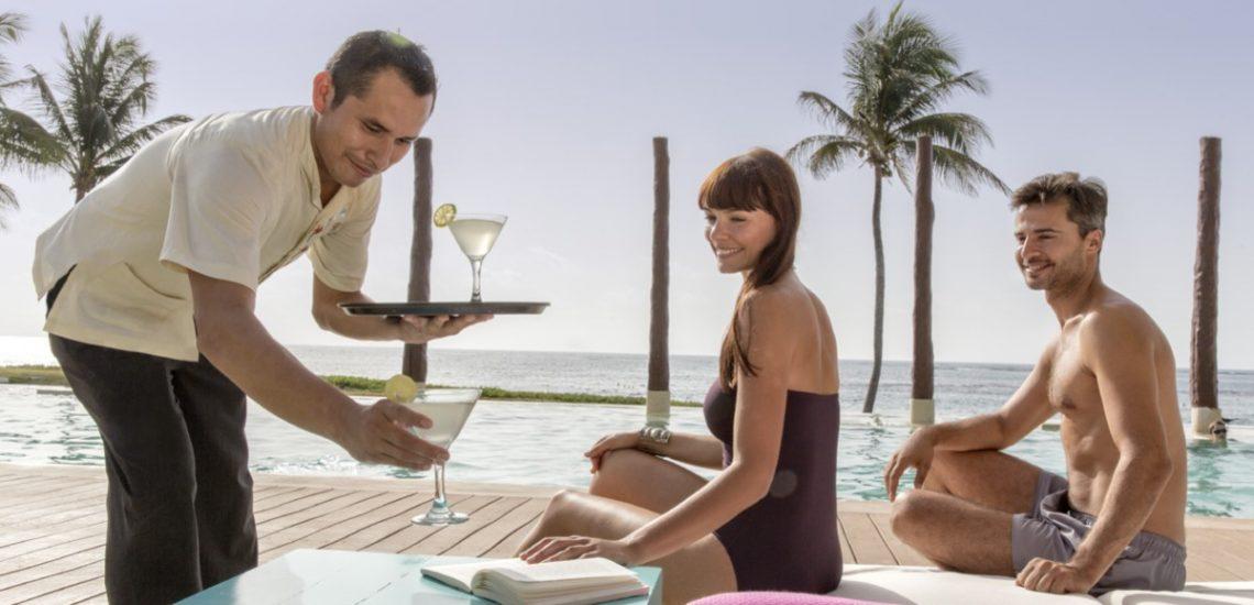 Club Med Cancun Yucatan, Mexique -  Image d'un service extérieur fait par un employé du village