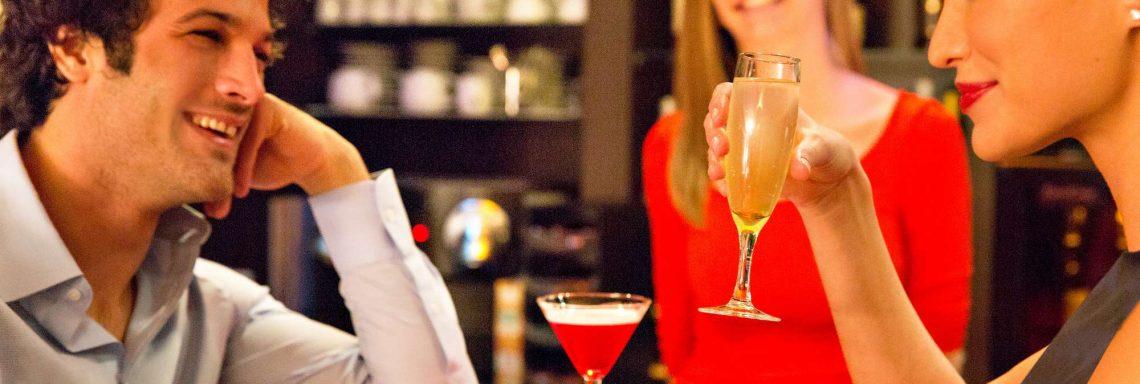 Club Med Saint-Moritz Roi Soleil, en Suisse - Des personnes profites d'un verre, au bar
