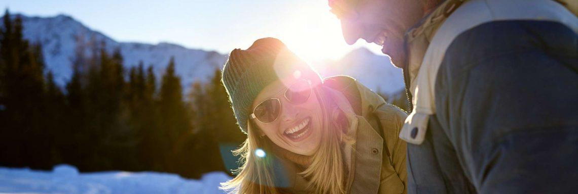 Club Med Saint-Moritz Roi Soleil, en Suisse - Deux personne profites d'un temps de détente pour rire
