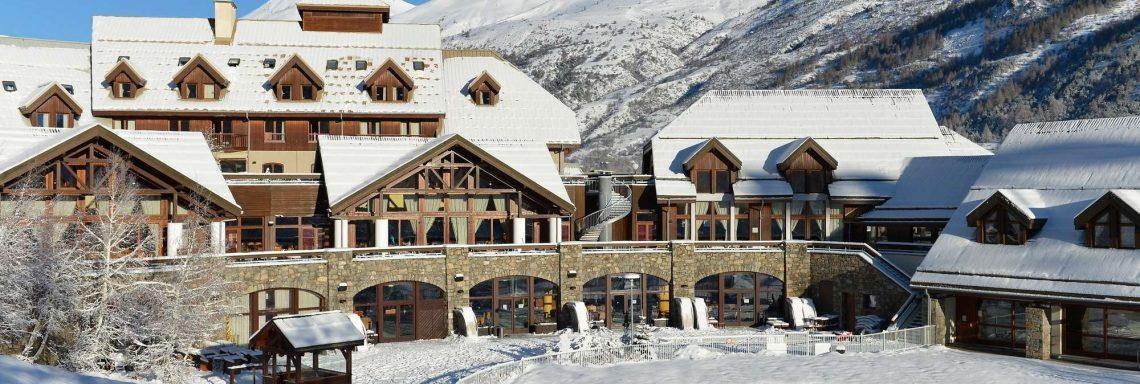 Club Med Serre-Chevalier, en France - Vue extérieure du Club Med à flanc de montagne
