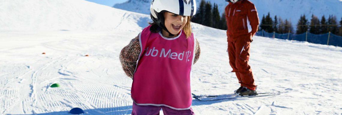 Club Med Serre-Chevalier, en France - Image d'une enfant apprenant à skier