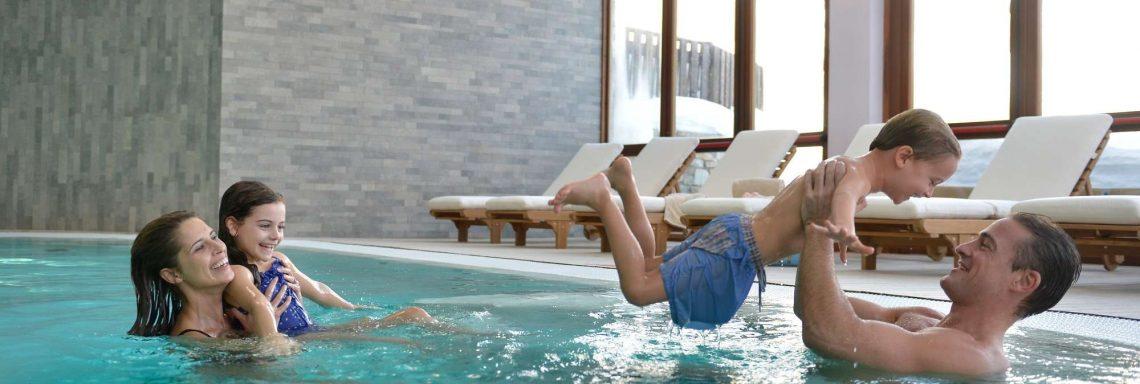 Club Med Serre-Chevalier, en France - Image d'une famille jouant dans la piscine intérieure