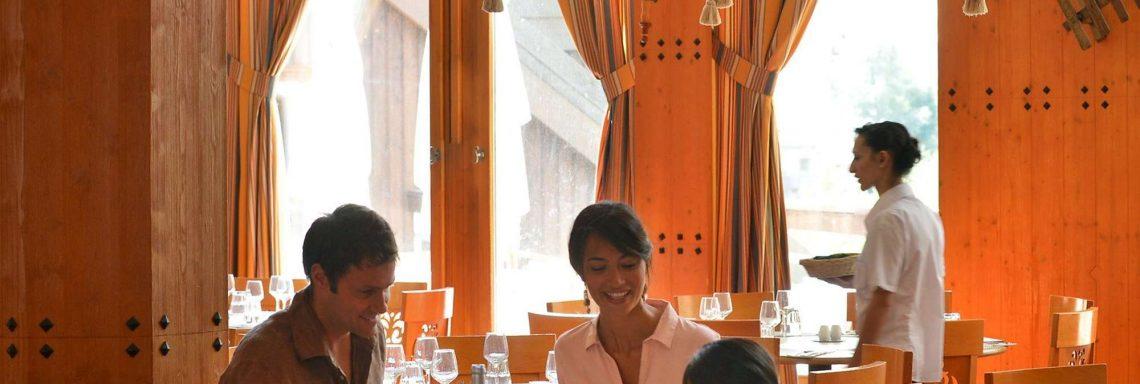 Club Med Serre-Chevalier, en France - Image d'une famille à table lors d'un repas au restaurant