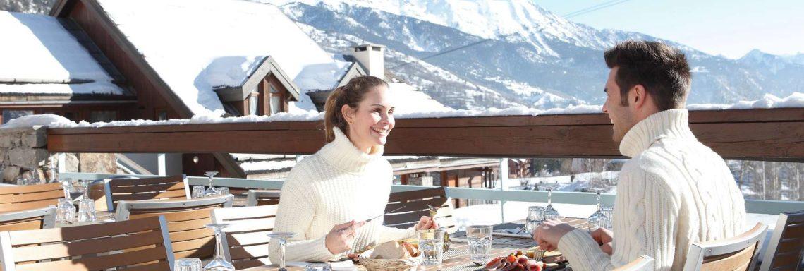 Club Med Serre-Chevalier, en France - Image d'un couple profitant d'une pause repas en extérieur