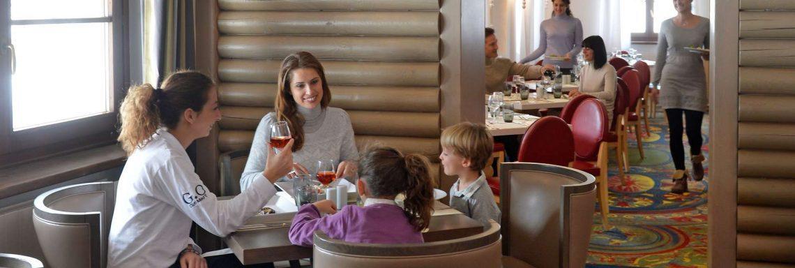 Club Med Pragelato Vialattea, en Italie - Une famille mange autour d'une table pour quatre
