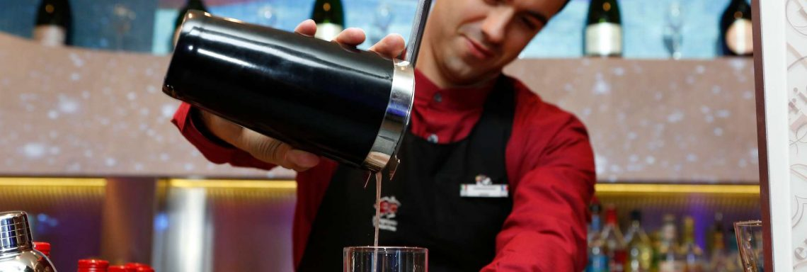 Club Med Pragelato Vialattea, en Italie - Barmaid préparant un cocktail