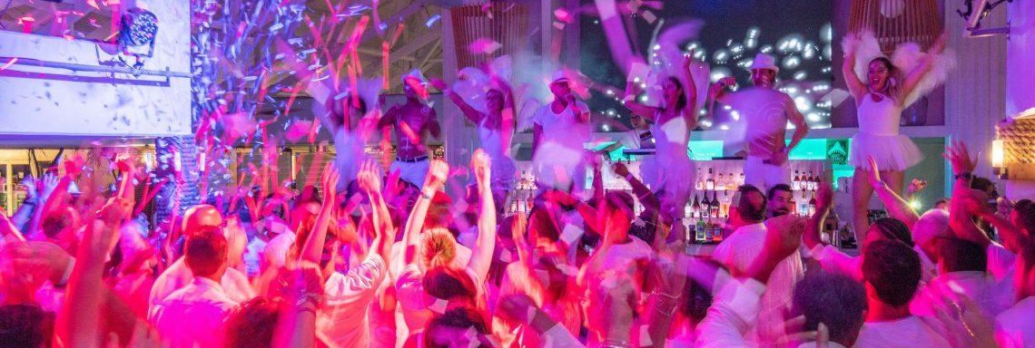 Groupe de gens dansant dans une ambiance festive