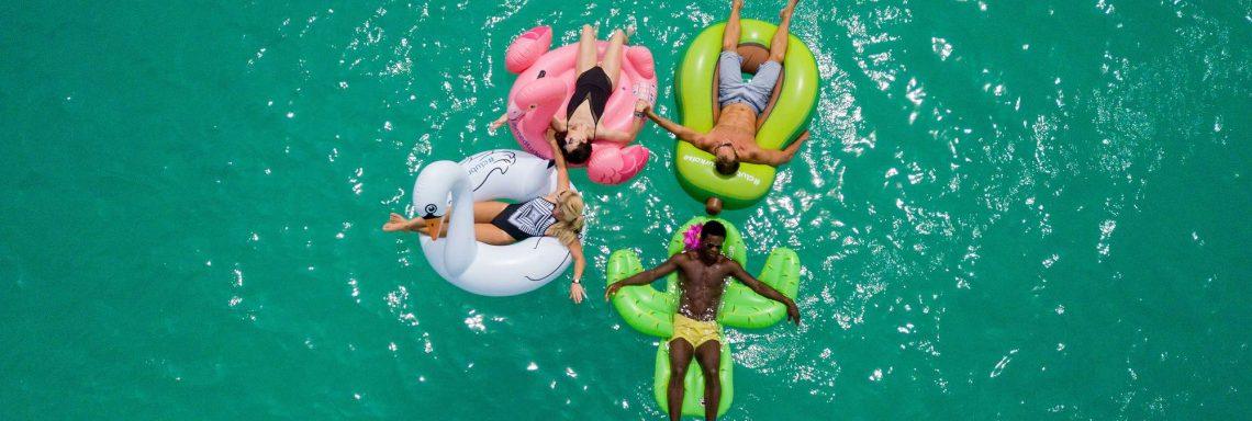 Image de personnes flottant sur l'eau en bouée.