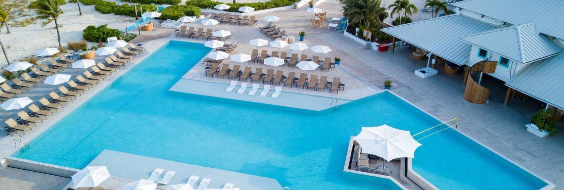 Vue aérienne de la piscine extérieure, du complexe