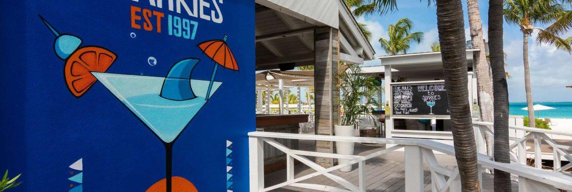 Ce snack-bar est situé au bord de la plage de sable blanc et à ciel ouvert.