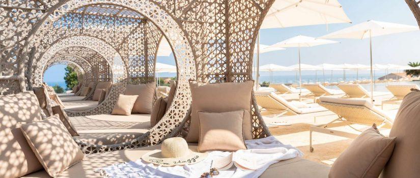 Club Med Cefalù en Italie - Bord de piscine lits extérieures