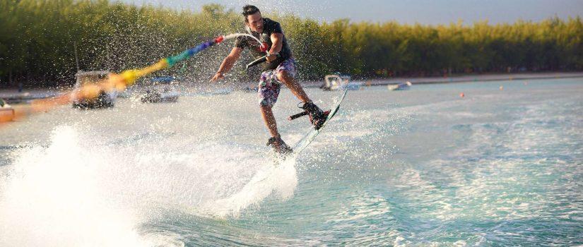 Homme faisant du ski nautique