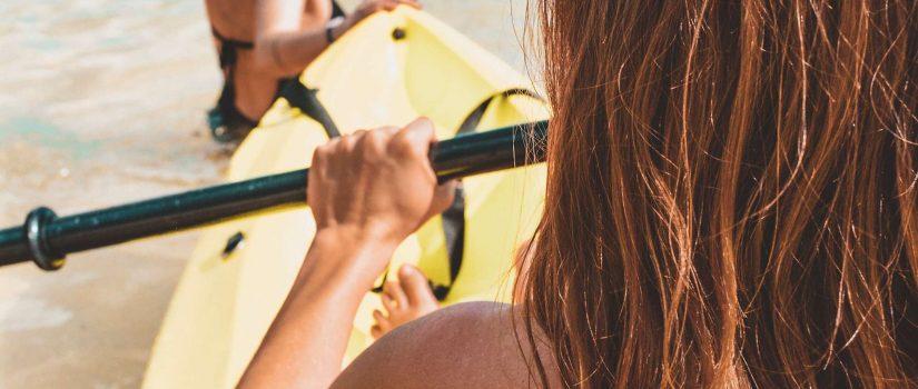 Deux femmes avec un kayak