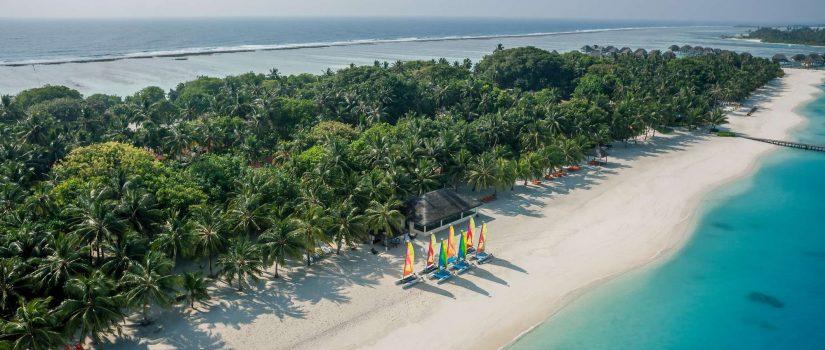 Club Med Kani, aux Maldives - Vue aérienne de la longue plage avec des embarcations.
