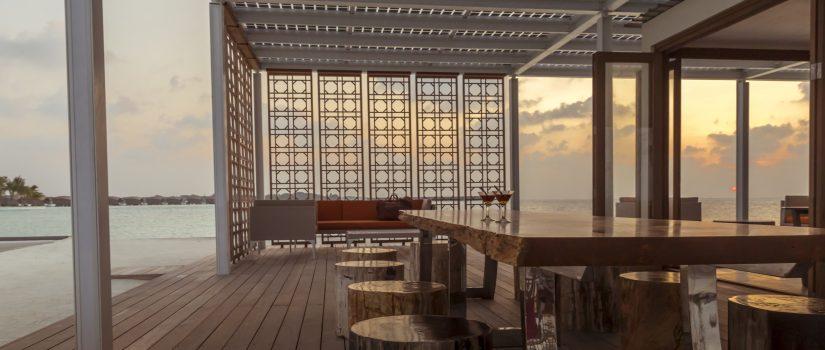 Club Med Kani, aux Maldives - Vue intérieur de la terrasse du bar à côté de la piscine extérieure.