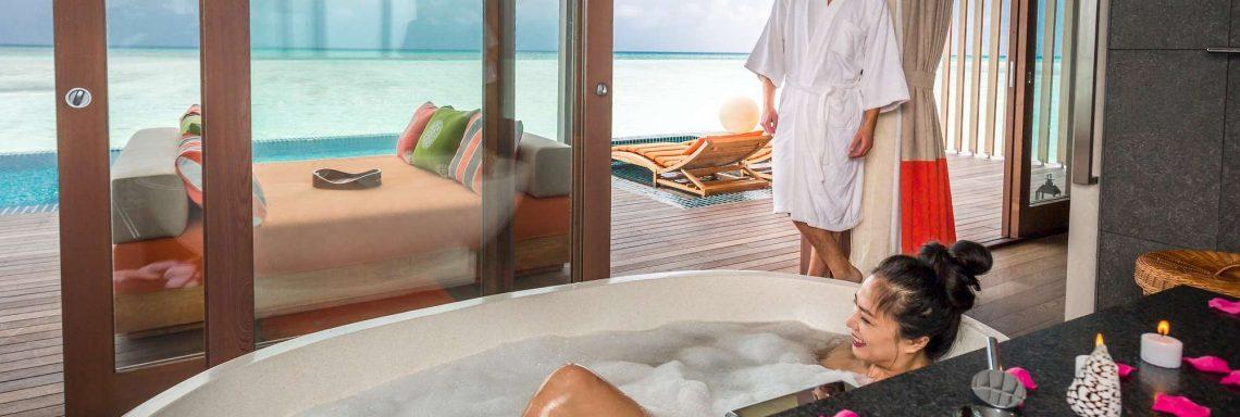 Club Med Villas de FInolhu, aux Maldives - Photo de deux personnes dans la salle de bain d'une villa