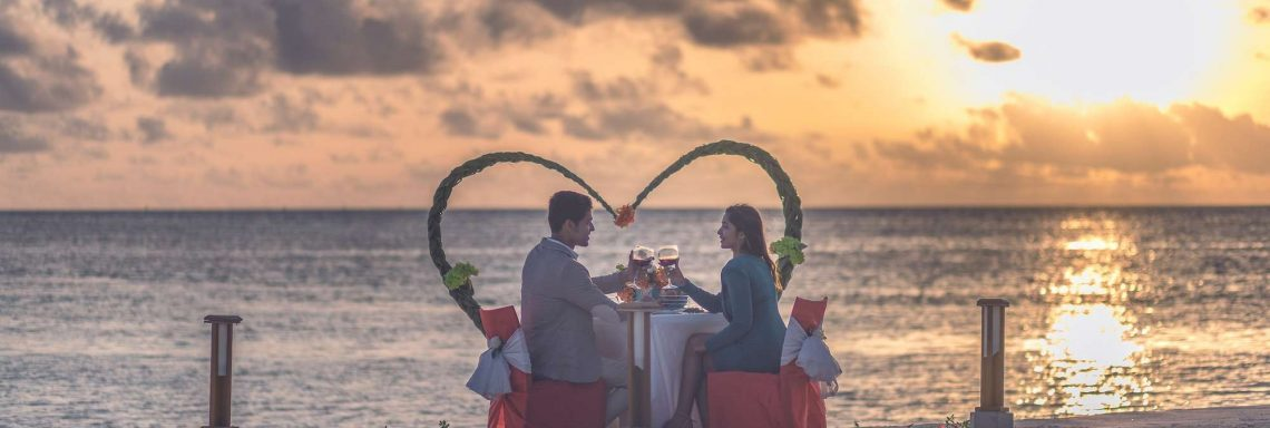 Club Med Villas de FInolhu, aux Maldives - Photo d'un couple dînant sur la plage