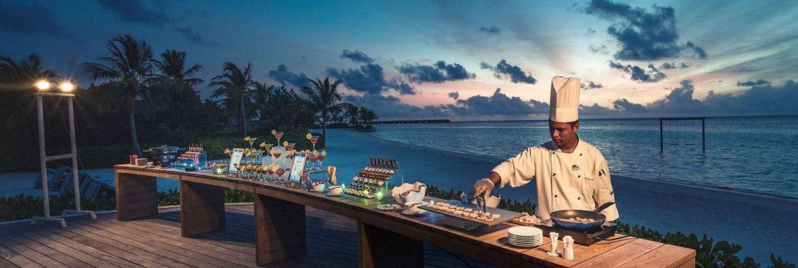 Club Med Villas de FInolhu, aux Maldives - Image d'un cuisiner devant le buffet extérieur devant l'océan Indien