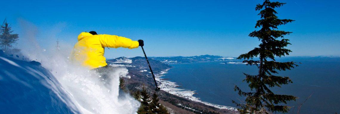 Skieur au pied du Massif de Charlevoix dans la province du Québec