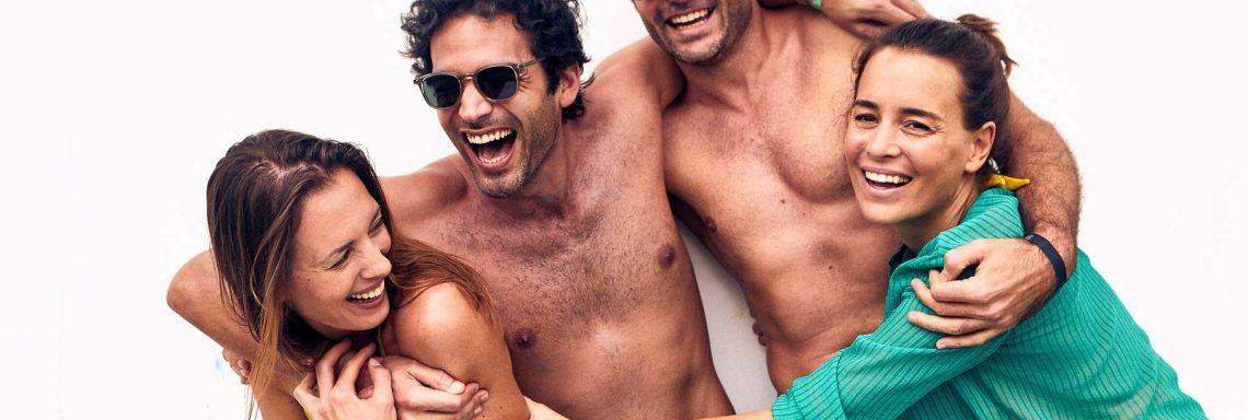 Club Med Kemer, en Turquie - Quatre personnes se font une accolade, tout en souriant
