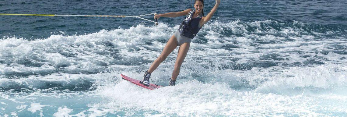 Club Med Kemer, en Turquie - Une jeune femme faisant du wakeboard dans la mer