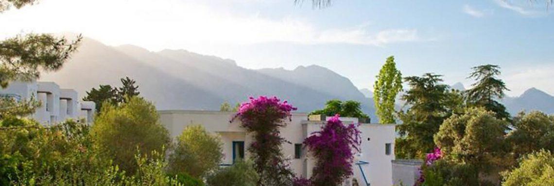Club Med Kemer, en Turquie - Image de plusieurs bungalows blanc en montagne