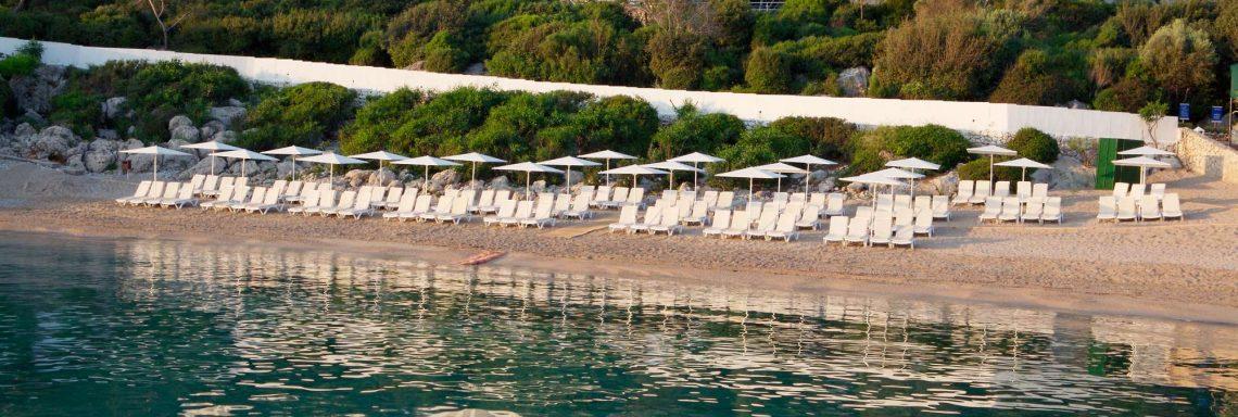 Club Med Kemer, en Turquie - Image de la plage en vue aérienne avec chaises longue aménagées