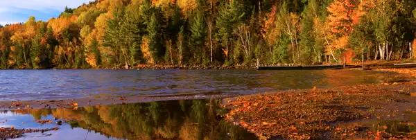 Photo d'un lac avec les couleurs de l'automne au Québec