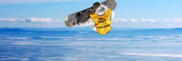 Personne qui saute avec une planche à neige avec le fleuve Saint-Laurent en arrière plan