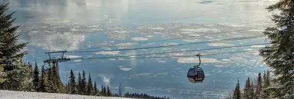 Photo d'une télécabine avec un lac gelé en arrière-plan