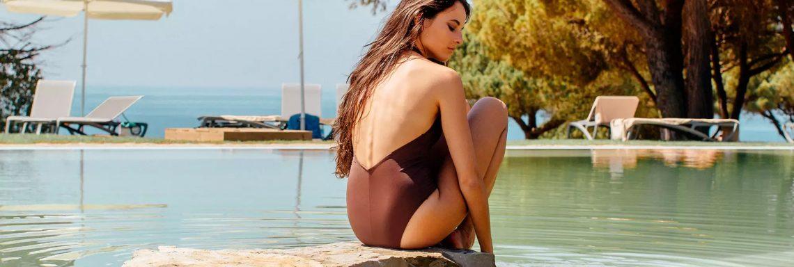 Club Med Portugal Da Balaia - Femme au bord de la piscine avec parasole