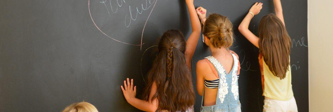 Club Med Portugal Da Balaia - Enfants écrivant sur un tableau du club Med
