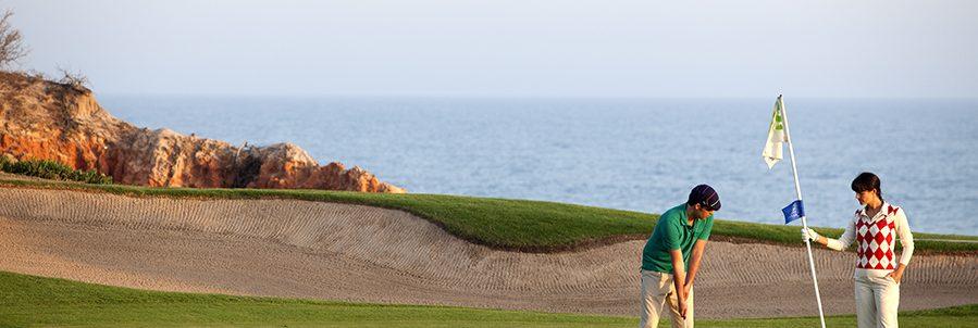 Club Med Portugal Da Balaia - Homme sur un Green en train de terminer son coup d'approche