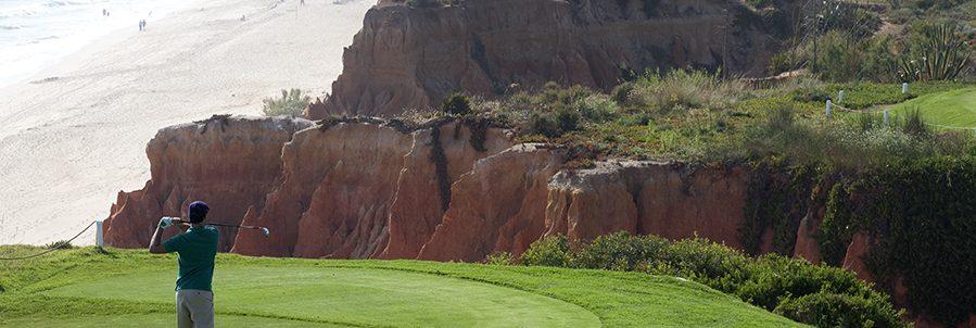 Club Med Portugal Da Balaia - Golfeur qui tente son coup d'envoi avec un bois numéro 1