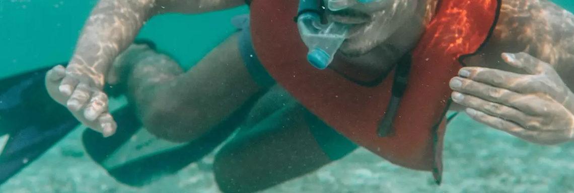 Club Med Columbus Isle, au Bahamas - Un homme pratique de la plongée libre avec son tuba, dans la mer