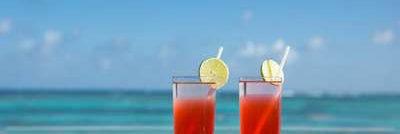 Club Med  Ixtapa Pacific, Mexique - Deux cocktails sont déposés sur une table faisant face à la mer