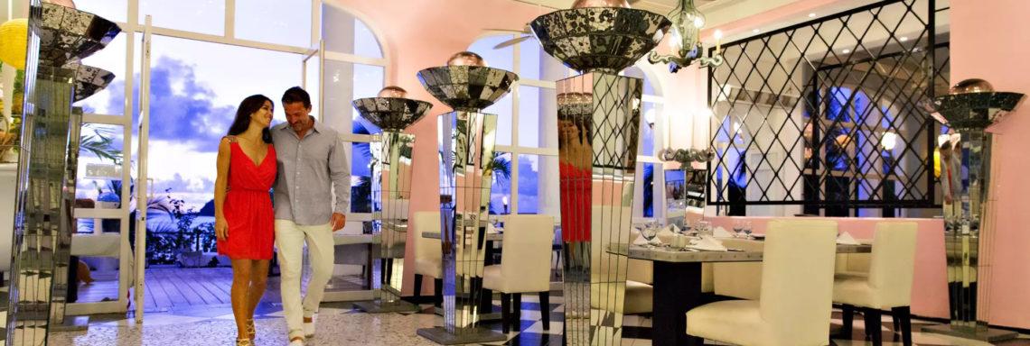 Club Med  Ixtapa Pacific, Mexique - Un couple entre dans un restaurant