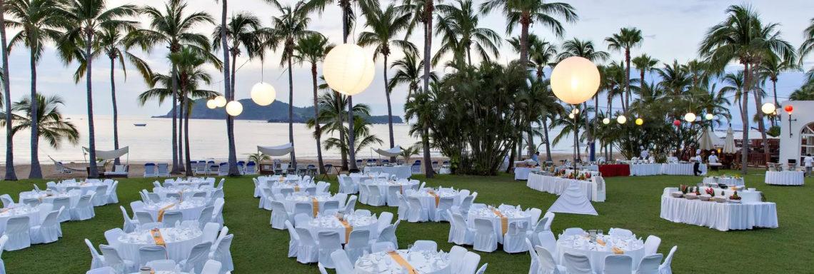 Club Med  Ixtapa Pacific, Mexique - Image d'un ensemble de tables juxtaposées à l'extérieur pour une réception