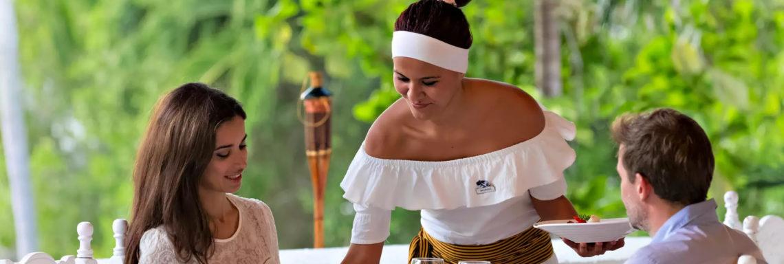 Club Med  Ixtapa Pacific, Mexique - Image d'une serveuse amenant le repas d'un couple