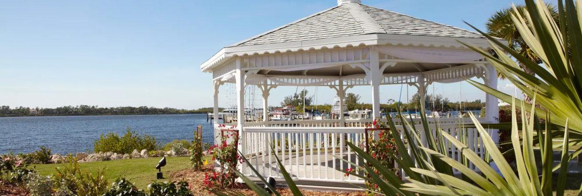 Club Med Sandpiper Bay, Floride- Image d'une véranda extérieure en bois, offrant une vue sur la mer