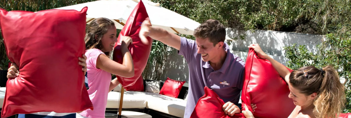 Club Med Sandpiper Bay, Floride- Des adolescents se font une guerre de coussins au Passworld