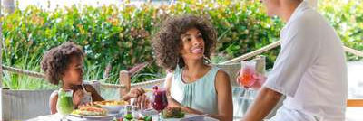 Club Med Sandpiper Bay, Floride- Image d'une femme profitant d'un repas au restaurant le Market Place