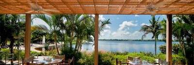 Club Med Sandpiper Bay, Floride- Vue de face de la terrasse extérieure en bois du restaurant le Soleil