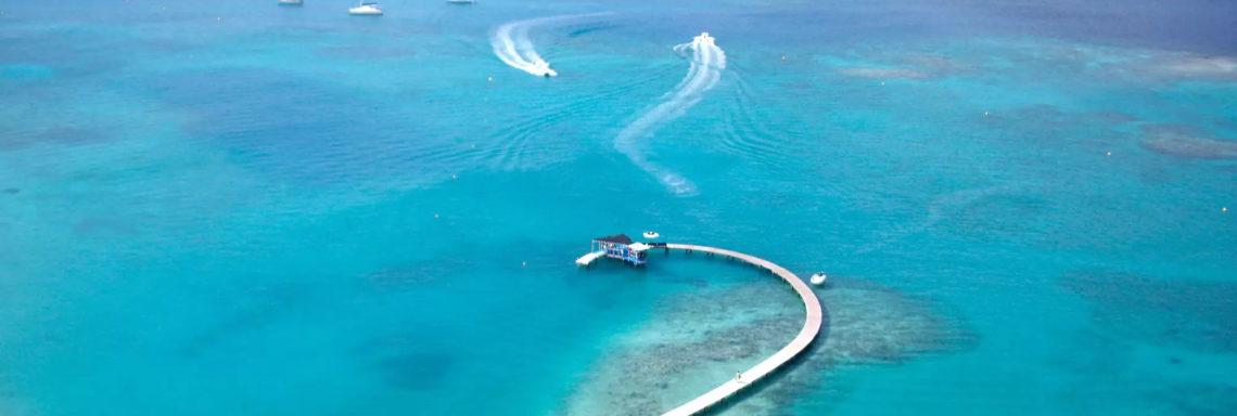 Vue aérienne de la mer entourant le Club Med