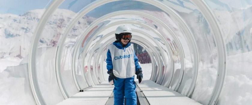 Club Med Arcs Panorama, en France - Image d'un enfant apprenant les rudiments du ski, disponible au jardin des neiges