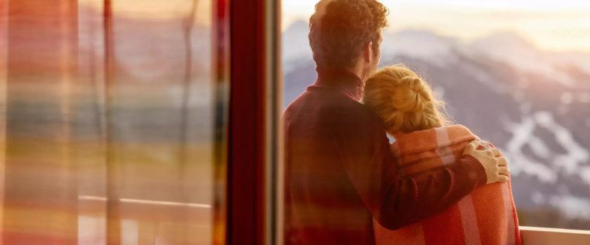 Club Med Arcs Panorama, en France - Image d'un couple sur leur terrasse extérieure