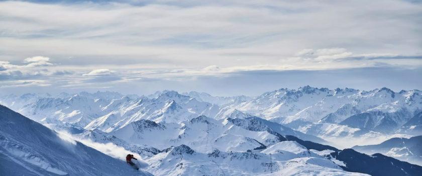 Club Med Arcs Panorama, en France - Vue aérienne en sommet de montagne, des arcs complètes
