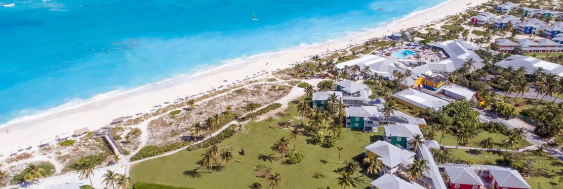 Club Med Columbus Isle, au Bahamas - Vue du complexe dans son entièreté  et de la mer faisant face
